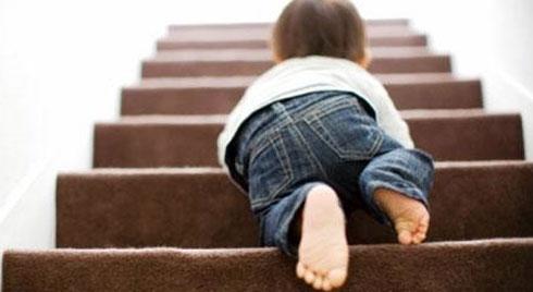 Bác sĩ hướng dẫn cách xử trí và đề phòng tai nạn té ngã ở trẻ em