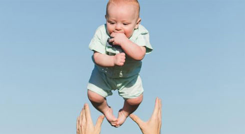 3 kiểu đùa nghịch với trẻ sơ sinh cực kì nguy hiểm nhưng bố mẹ Việt hay làm