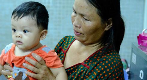 Mẹ ôm con út 6 tháng tuổi vào viện chăm con trai lớn bị tai nạn nguy kịch, bật khóc vì không còn tiền để cứu chữa