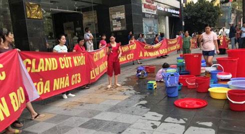 Cư dân chung cư CT3 C'land căng băng rôn phản đối bị cắt nước