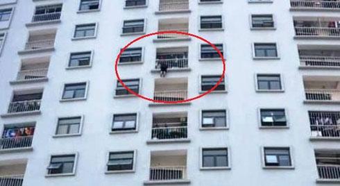 Giải cứu một phụ nữ kẹt ở lan can tầng 10 chung cư vì nhảy lầu tự tử