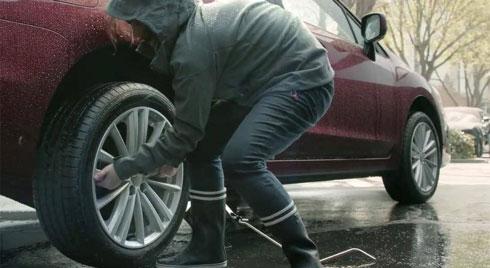 Ô tô bất ngờ bị xịt lốp giữa đường xử lý thế nào?