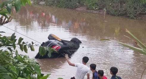 Phát hiện 2 anh em trai cùng người phụ nữ mang thai gần 8 tháng tử vong trong Mercedes dưới kênh nước