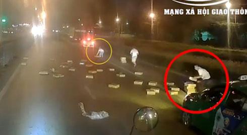 """Clip: Xe tải đánh rơi hàng chục thùng mì tôm giữa đường, các tài xế phía sau lập tức tranh nhau """"hôi của"""""""