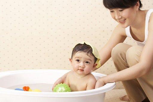 Những sai lầm của cha mẹ khi chăm sóc trẻ sốt mọc răng-1