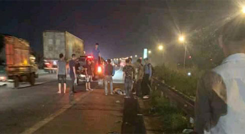 Tài xế ô tô bỏ chạy khi cán trúng 3 công nhân đi bộ qua đường cao tốc, một người đã tử vong