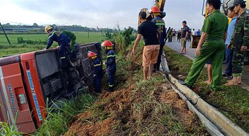 Lật xe khách trên đường Hồ Chí Minh, 1 người chết, 4 người bị thương