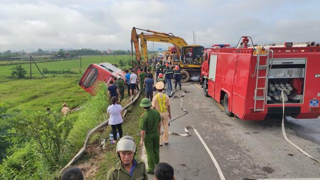 Lật xe khách trên đường Hồ Chí Minh, 1 người chết, 4 người bị thương-3