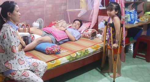Con gái 7 tuổi bị gãy chân, chồng nằm liệt giường, người vợ bệnh tật khẩn cầu sự giúp đỡ sau vụ tai nạn kinh hoàng
