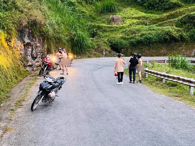 Xôn xao hình ảnh 4 người đàn ông khỏa thân đi xe máy lên đèo Mã Pì Lèng, chụp ảnh check in phản cảm trước cửa KS Panorama-3