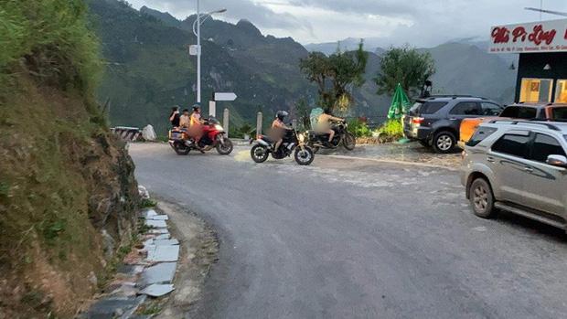 Xôn xao hình ảnh 4 người đàn ông khỏa thân đi xe máy lên đèo Mã Pì Lèng, chụp ảnh check in phản cảm trước cửa KS Panorama-1