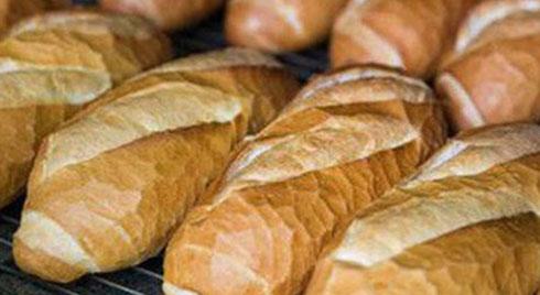 """Rùng mình bánh mì nóng giòn được tẩm """"hóa chất lạ"""" để nở to, chín nhanh hơn: Ăn nhiều cẩn thận biến đổi gen, mắc ung thư"""