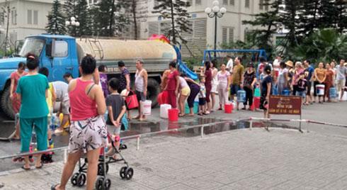 Hà Nội: Cư dân HH Linh Đàm xếp hàng nhận từng xô nước sạch, mòn mỏi chờ đợi kết quả xét nghiệm khi nước có mùi lạ