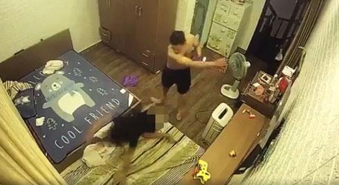 """CLIP: Chồng """"hờ"""" lột đồ vợ, ghì chặt đầu xuống sàn nhà rồi đánh đập dã man ngay trước mặt người giúp việc và con nhỏ"""