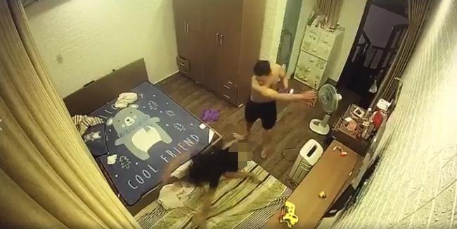 CLIP: Chồng hờ lột đồ vợ, ghì chặt đầu xuống sàn nhà rồi đánh đập dã man ngay trước mặt người giúp việc và con nhỏ-2