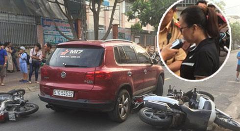 Lái ô tô tông nhiều xe máy nằm la liệt, nữ tài xế còn xuống lớn tiếng với nhiều người