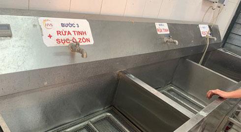 Lo nguồn nước bẩn, trường học dùng nước bình nấu ăn cho học sinh