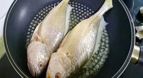 Các rán cá vàng giòn không bị nát