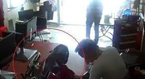 CLIP: Xe máy lao thẳng vào tiệm làm tóc, phản ứng của người bị đâm khiến tất cả bất ngờ
