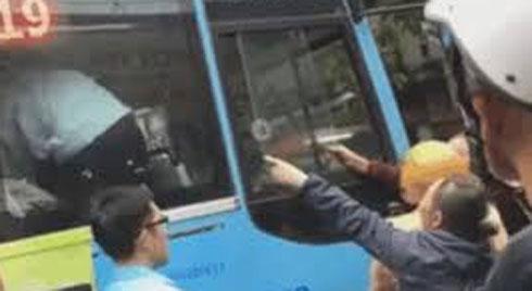 Tài xế Grabbike và xe buýt chốt cửa đấm đá trong xe, CSGT đứng dưới hét: