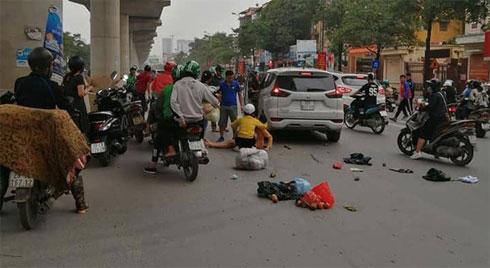 """Hà Nội: Xe ô tô """"điên"""" gây tai nạn liên hoàn khiến nhiều người nhập viện"""