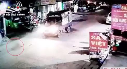 Clip: Kinh hãi cảnh bé gái chạy sang đường đột ngột bị xe tải tông trực diện, văng ra xa nhiều mét