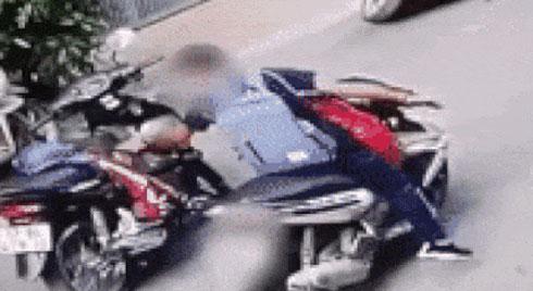 """Clip: Nam thanh niên lấy trộm túi đồ rồi phóng đi tít tắp, khó hiểu hơn cả lại là chiếc xe máy dựng giữa đường của """"nạn nhân"""""""