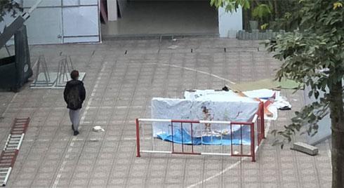 Hà Nội: Sinh viên ĐH Kiến Trúc nhảy lầu tử vong, rơi trúng sinh viên khác khiến người này nguy kịch