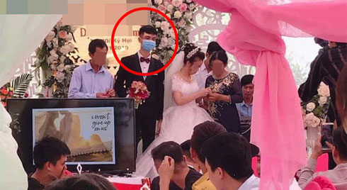 Chú rể đeo khẩu trang làm đám cưới nhưng nét mặt dửng dưng khi nhận quà làm người xem tranh cãi
