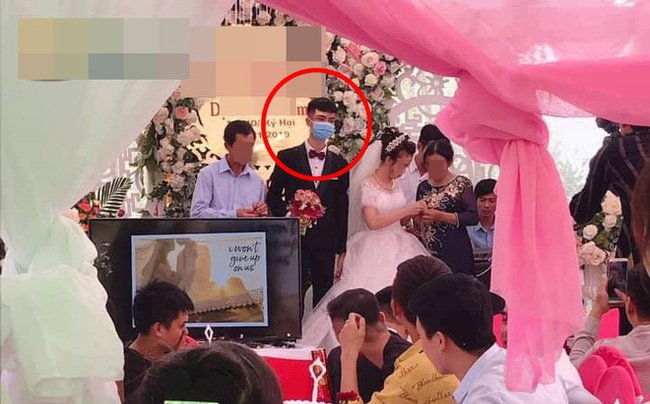 Chú rể đeo khẩu trang làm đám cưới nhưng nét mặt dửng dưng khi nhận quà làm người xem tranh cãi-1