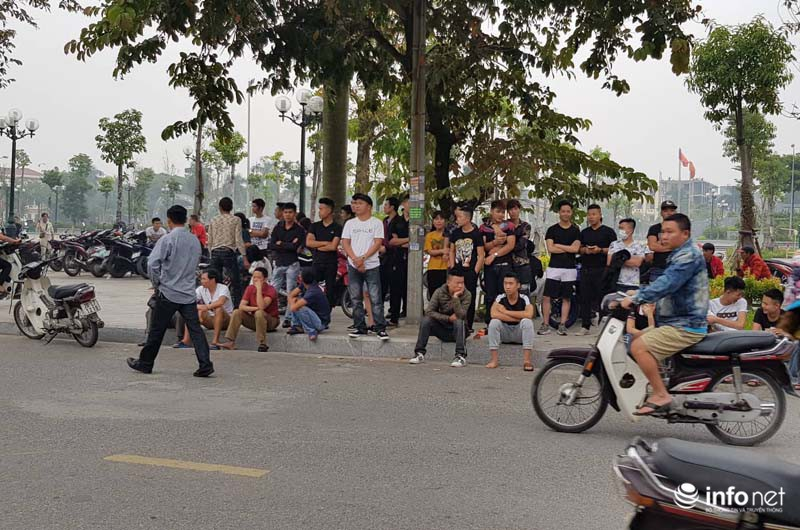 Nhiều học sinh nghi trốn học, đội mưa đứng nghe phiên tòa xét xử Khá bảnh-11