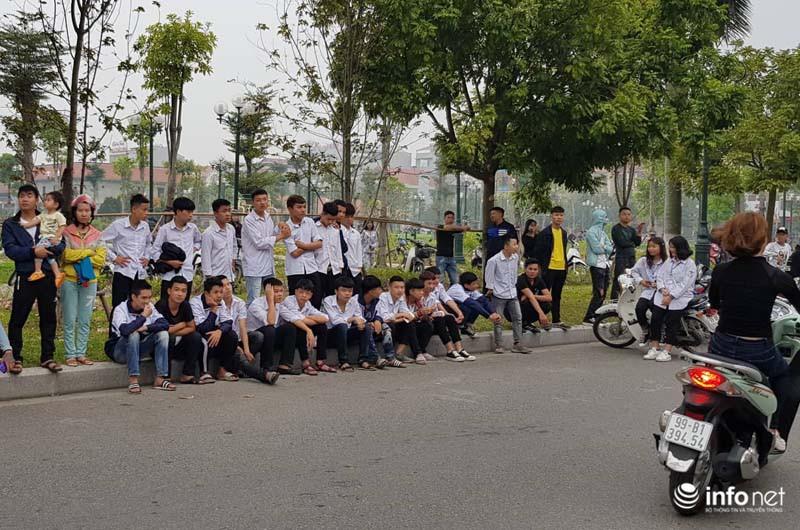 Nhiều học sinh nghi trốn học, đội mưa đứng nghe phiên tòa xét xử Khá bảnh-2