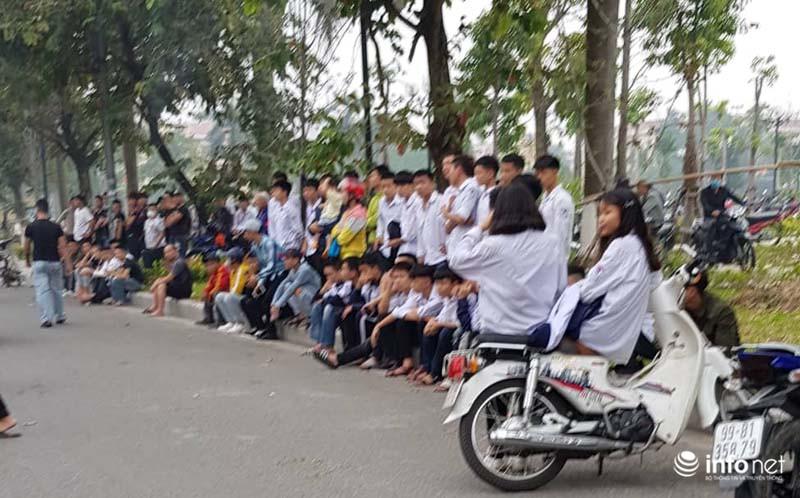 Nhiều học sinh nghi trốn học, đội mưa đứng nghe phiên tòa xét xử Khá bảnh-12