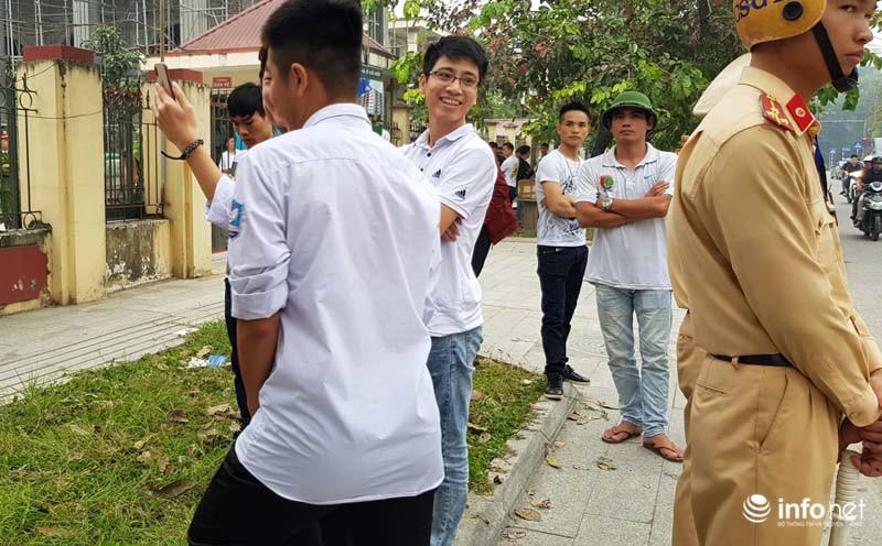 Nhiều học sinh nghi trốn học, đội mưa đứng nghe phiên tòa xét xử Khá bảnh-4