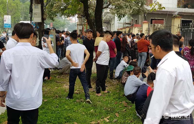 Nhiều học sinh nghi trốn học, đội mưa đứng nghe phiên tòa xét xử Khá bảnh-8