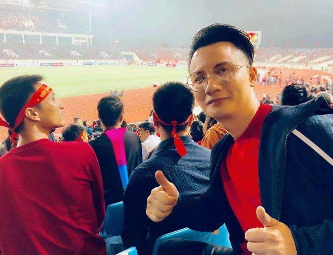 Việt Nam 1-0 UAE: Hoài Linh hờn không được lên TV, Bảo Anh cởi hết ăn mừng-4