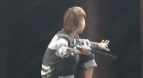 Nam thanh niên nghi ngáo đá trèo lên lan can chùa, tự chặt nhiều ngón tay