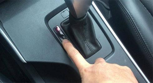 Ô tô dừng đèn đỏ nên về số nào để tiết kiệm nhiên liệu?