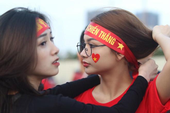 Nóng rực đại chiến Việt Nam - Thái Lan: Dàn hotgirl rạng rỡ tiếp lửa thầy trò ông Park-2