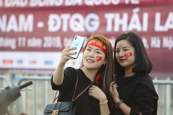 Nóng rực đại chiến Việt Nam - Thái Lan: Dàn hotgirl rạng rỡ tiếp lửa thầy trò ông Park-9