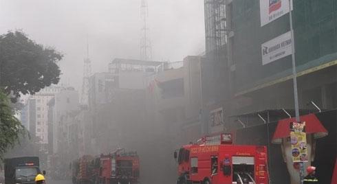 Cháy lớn tại công trình cao ốc khách sạn giữa trung tâm Sài Gòn