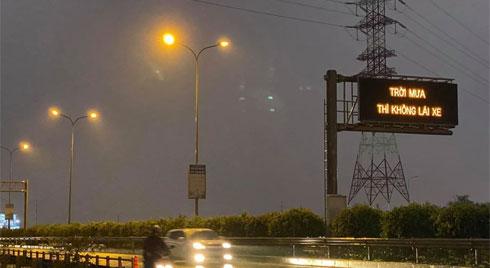 'Trời mưa thì không lái xe': Dòng chữ kỳ lạ trên cao tốc