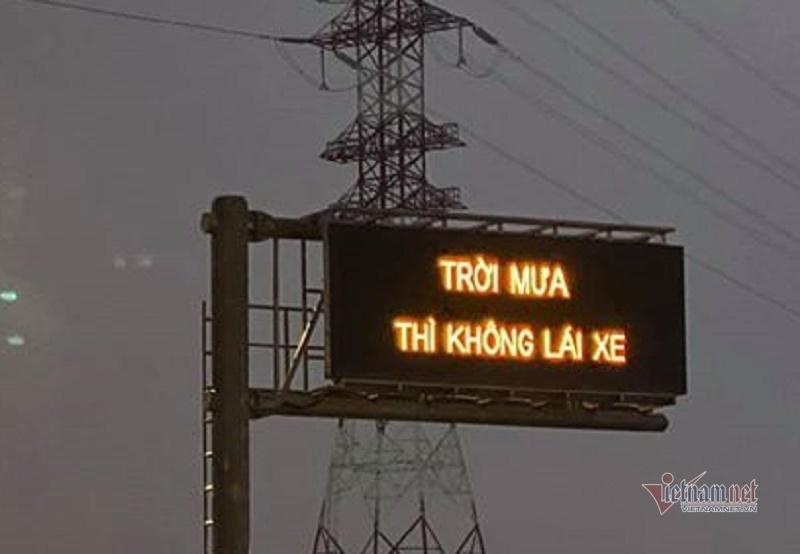 'Trời mưa thì không lái xe': Dòng chữ kỳ lạ trên cao tốc-1