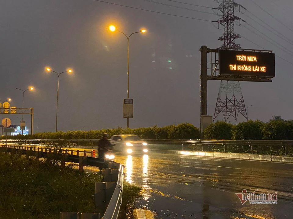 'Trời mưa thì không lái xe': Dòng chữ kỳ lạ trên cao tốc-2