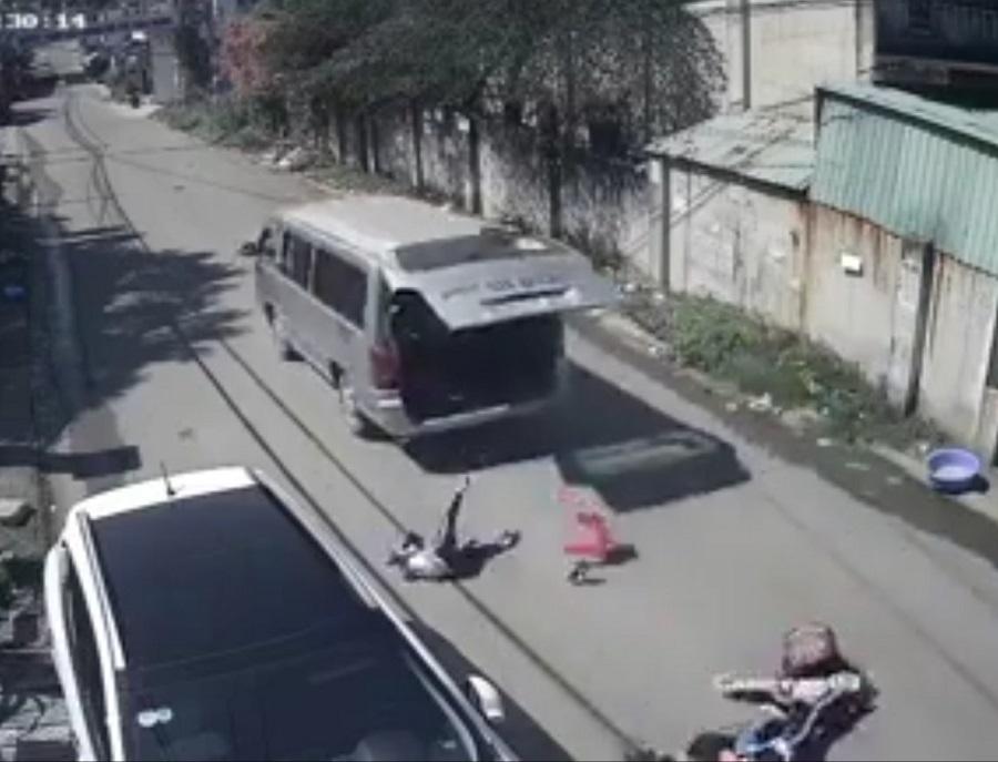 Ô tô vào cua, bung cửa sau văng 3 học sinh xuống đường-1