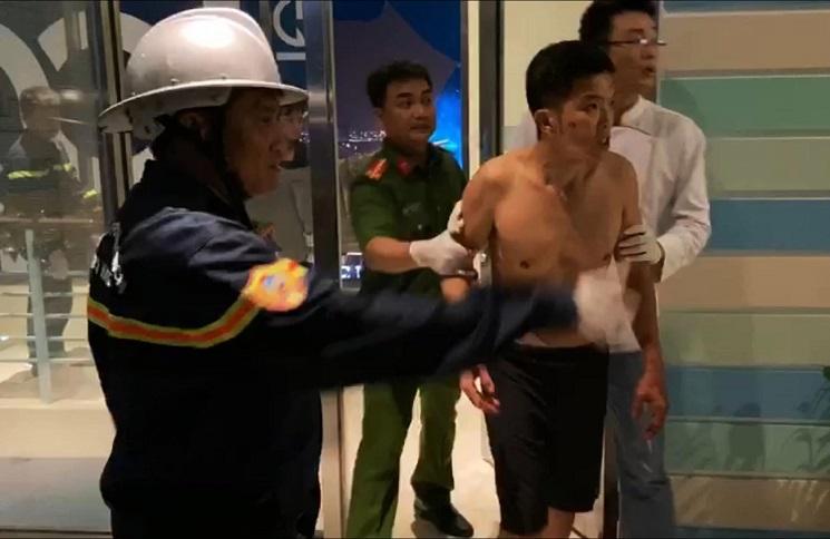 Người đàn ông cắt bộ phận sinh dục, đu bám tầng 23 la hét đòi nhảy xuống đất-3