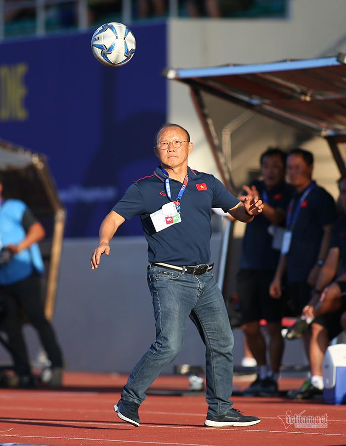 Thầy Park nổi cáu với trọng tài, bắt bóng như diễn xiếc-5
