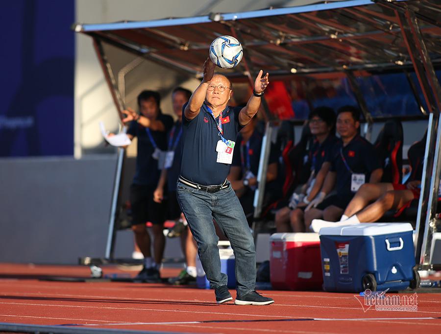 Thầy Park nổi cáu với trọng tài, bắt bóng như diễn xiếc-6
