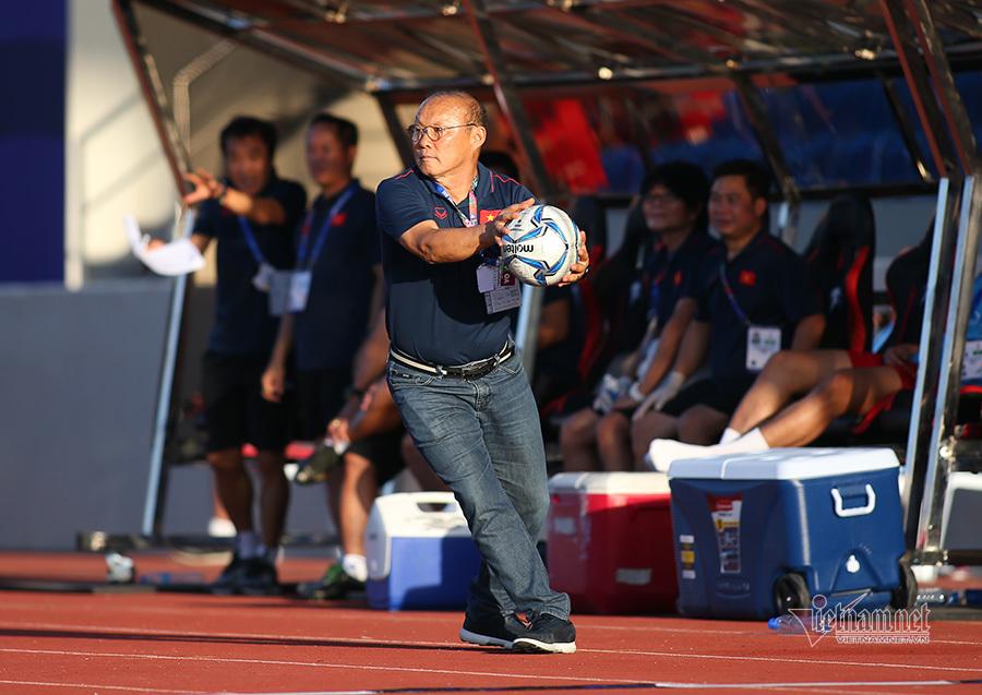 Thầy Park nổi cáu với trọng tài, bắt bóng như diễn xiếc-7
