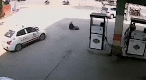 Lái xe ẩu, taxi đâm thẳng vào cụ già bán hàng rong